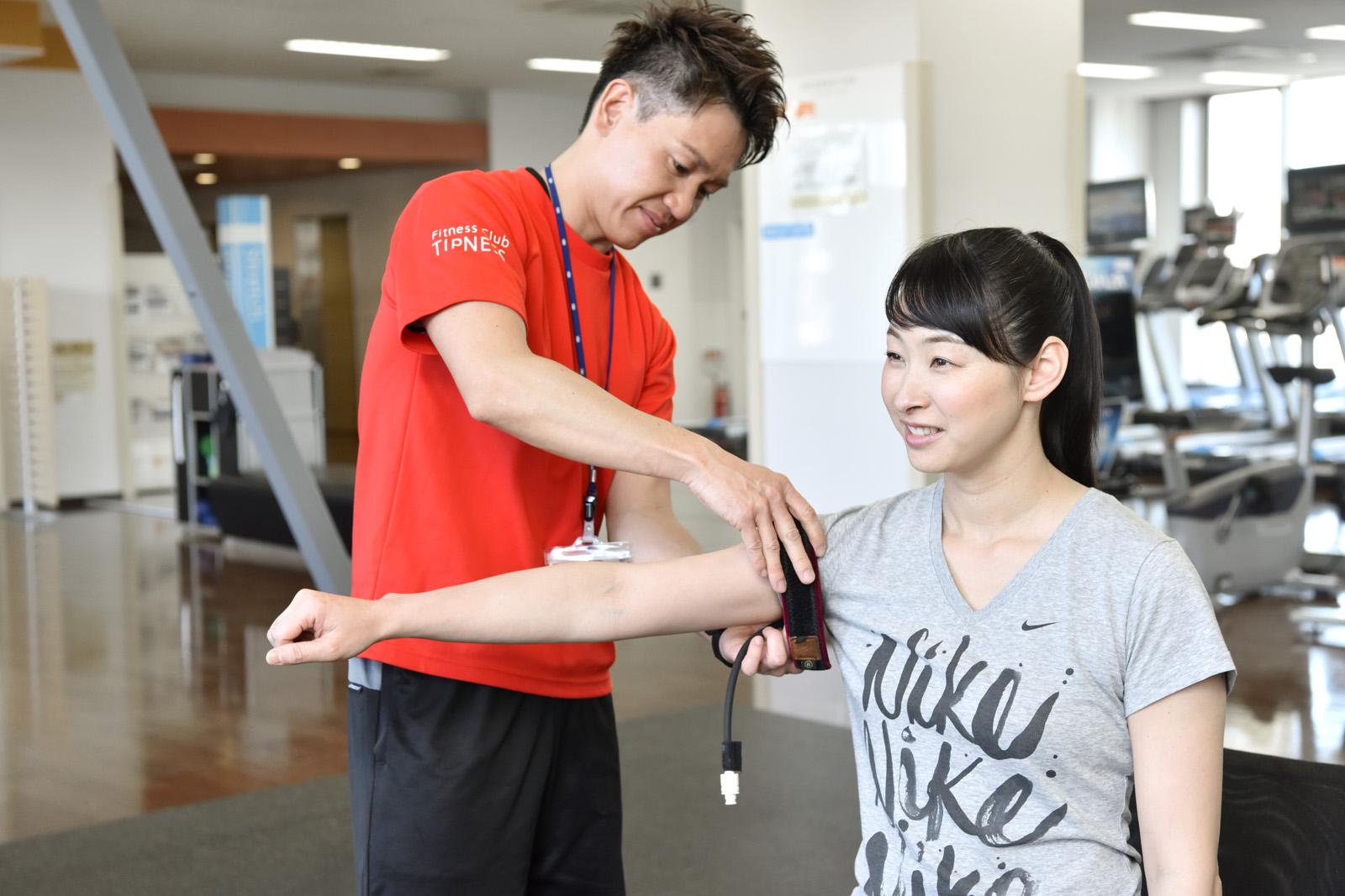 横浜加圧パーソナルトレーナー鈴木の腕の指導