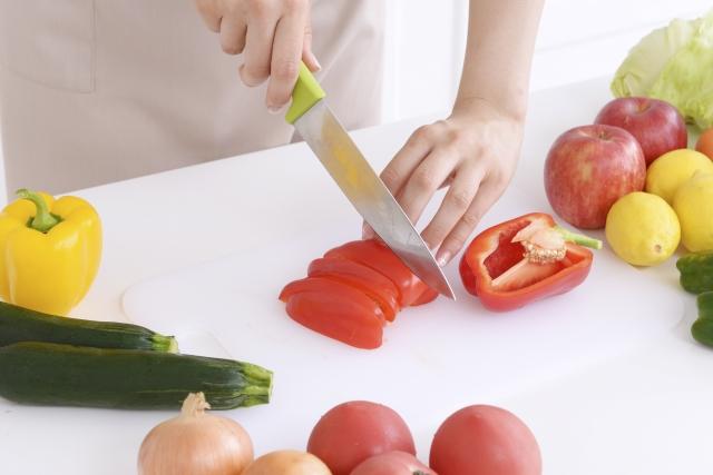 包丁で野菜を切る