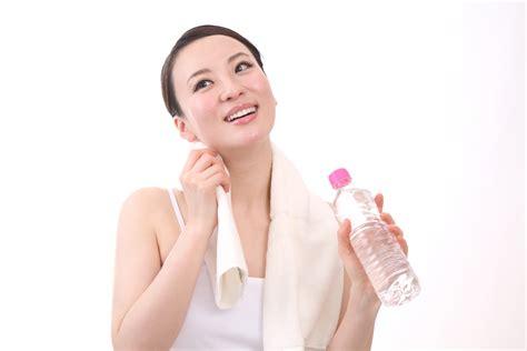 汗をかく女性
