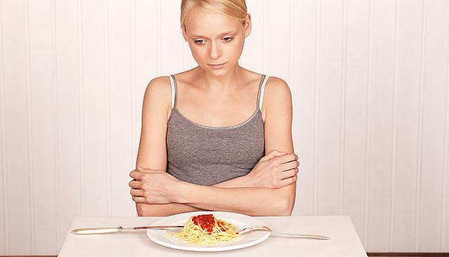 食欲がない女性